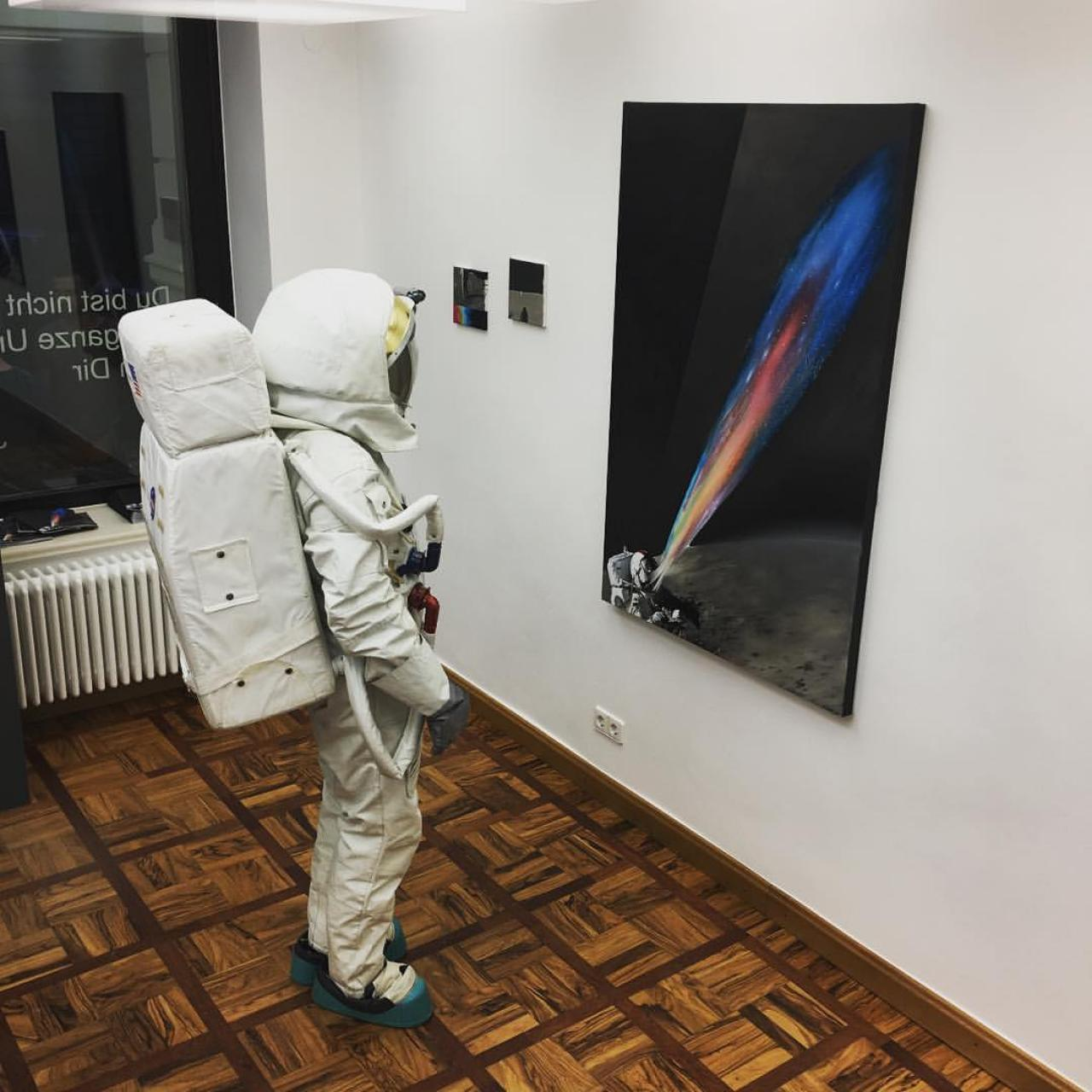 performance in front of paintings, lalina gallery, leipzig 2017